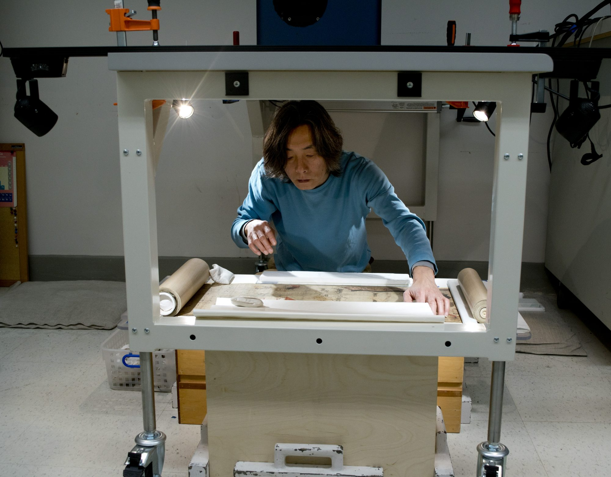 Jiro Ueda positions the handscroll for reflectance imaging spectroscopy